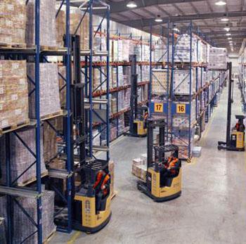 Удобная работа на узкобазовом ричтраке на территории склада